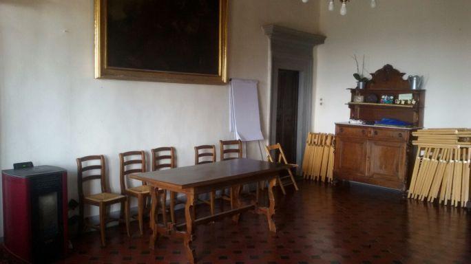 Salone eventi primo piano: stufa, materiale elettrico, vernici